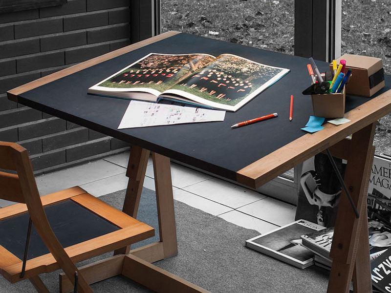 Stylowe biurko 3 w 1 projektu Wojciecha Hory. Dzięki regulacji kąta nachylenia blatu może być również stołem kreślarskim.
