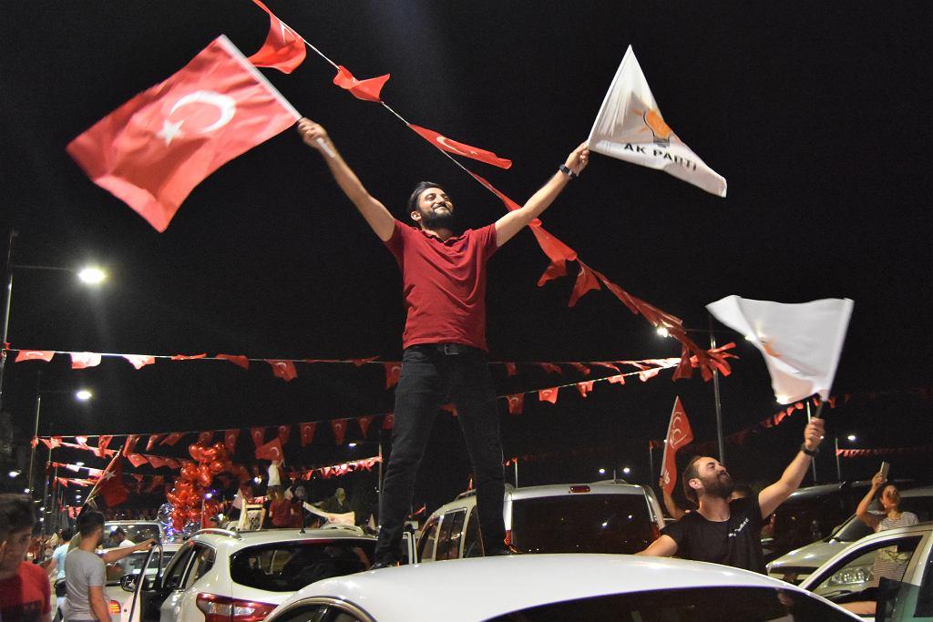 Zwolennik prezydenta Erdo?ana świętujący wyborcze zwycięstwo Partii Sprawiedliwości i Rozwoju, AKP