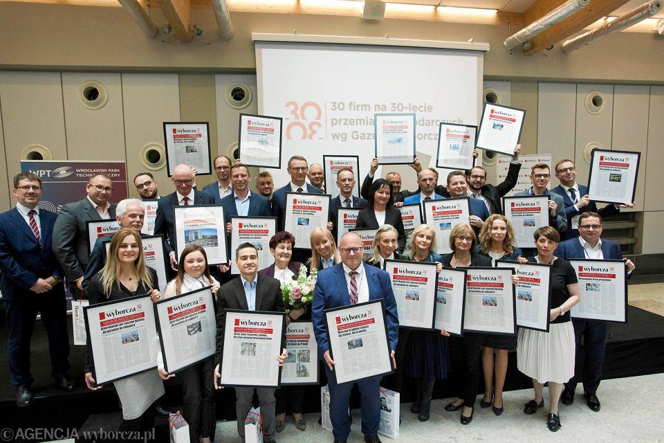 Konferencja ''30-lecie przemian gospodarczych Dolnego Śląska''. Wspólne zdjęcie przedstawicieli wszystkich firm nagrodzonych przez 'Gazetę Wyborczą'