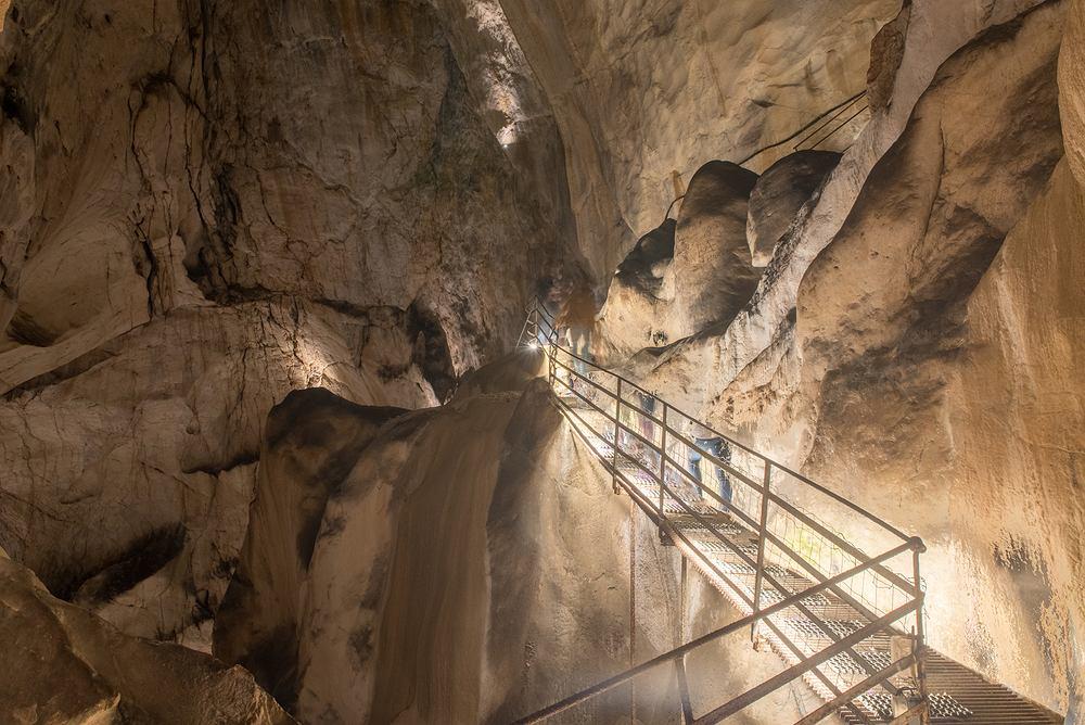 Jaskinia, w której przebywają ochotnicy