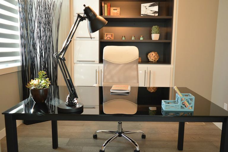 meble biurowe fotele i lampy