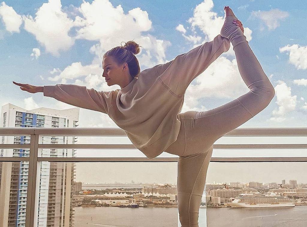 Karolina Pisarek ćwiczy jogę