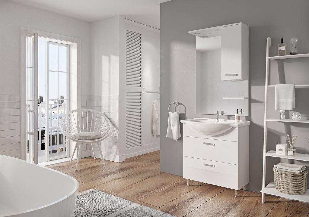 Duże lustro łazienkowe w jasnej łazience