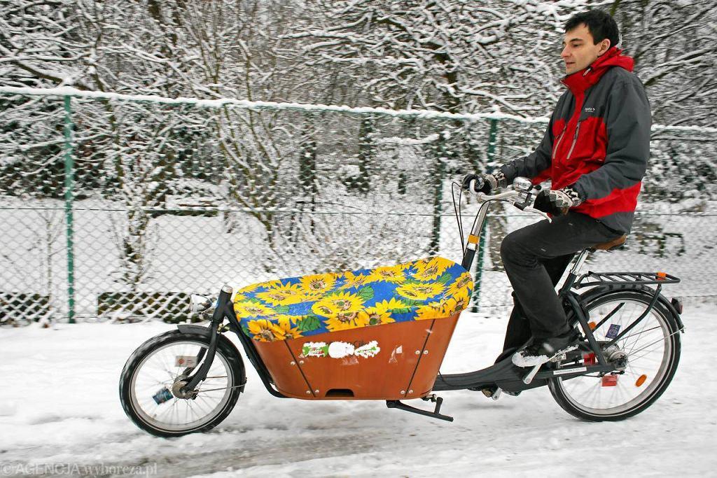Miłosz Tatara na dwukołowej odmianie roweru transportowego