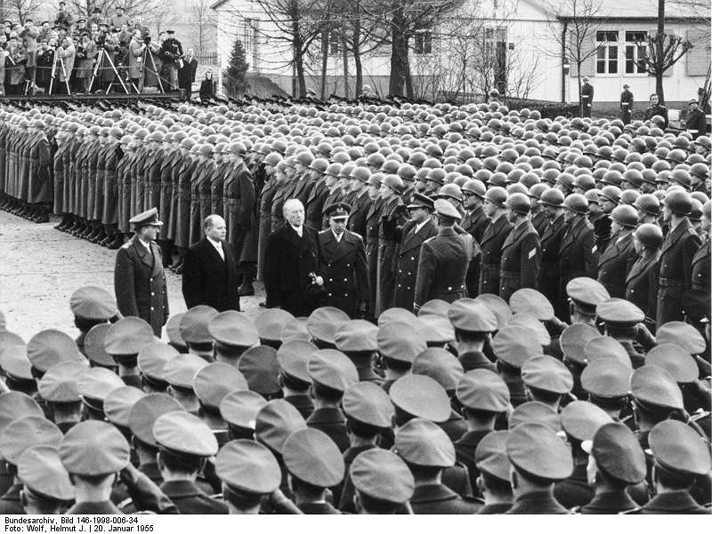 Kanclerz RFN Konrad Adenauer wizytuje świeżo sformowaną Bundeswehrę, 20.01.1956 r. (fot. Helmut J. Wolf/Wikimedia Commons/Bundesarchiv/Bild 146-1998-006-34/CC BY-SA 3.0 de)