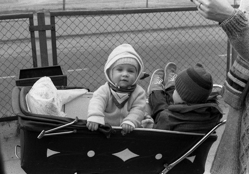 Na zdjęciach sprzed 35 lat Olga w wózku ze swoim kuzynem Filip Tomaszewski