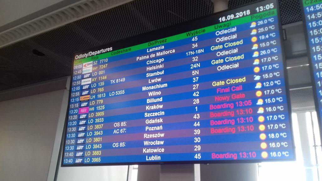 Tablica odlotów na Lotnisku Chopina w Warszawie.