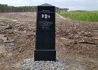 Poczta Polska postawiła obelisk w Puszczy Bydgoskiej. Jak u Barei