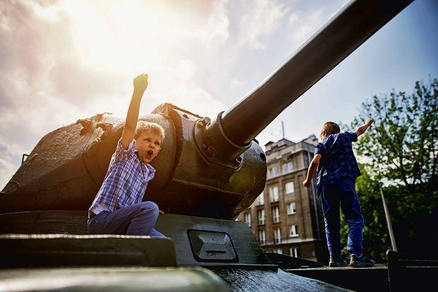 Dzieci o wojnie często myślą jako o świetnej przygodzie. Trudno dziś sobie wyobrazić co to prawdziwy odór i głód