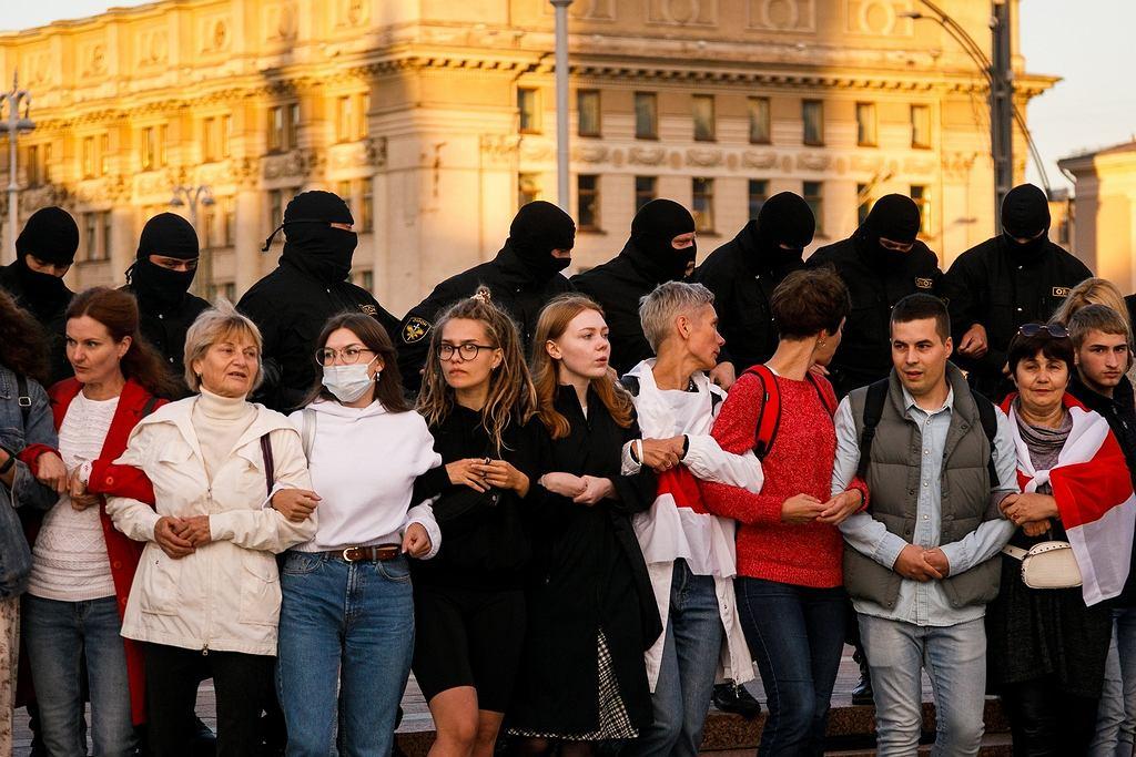 Protestujący otoczeni przez milicję na placu Niepodległości w Mińsku. Jedno ze zdjęć prezentowanych podczas Fotofestiwalu w Łodzi