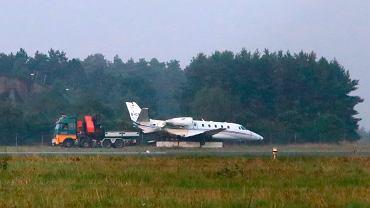 Samolot, którym lecieli członkowie ekipy Pink, odholowywany na lotnisku w Tirstrup.