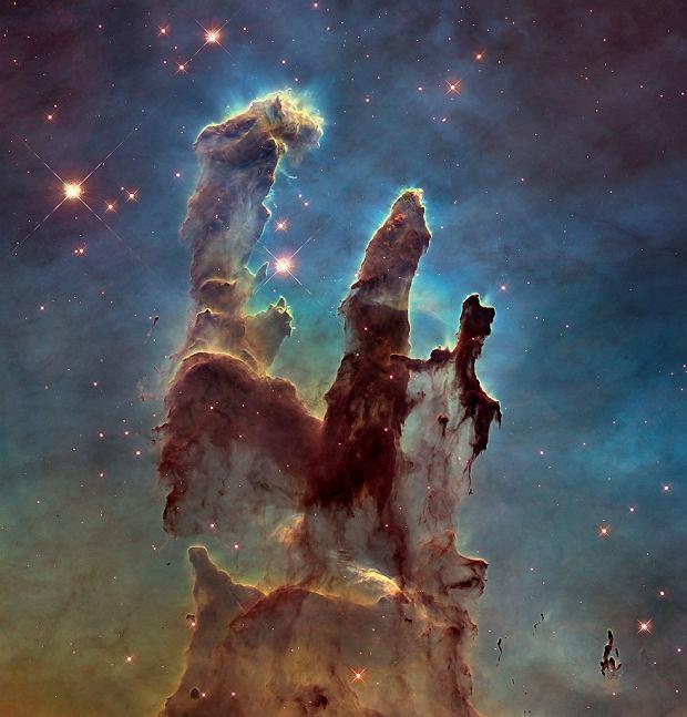 Jedno z najsłynniejszych zdjęć teleskopu Hubble'a - tak zwane Filiary Stworzenia, fragment mgławicy Orzeł, odległej o około siedem tysięcy lat świetlnych