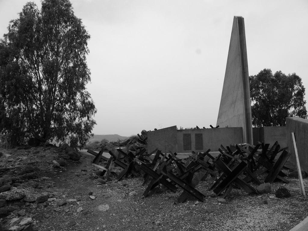 Pozostałości syryjskiego fortyfikacji na Wzgórzach Golan. Po wojnie sześciodniowej, Izraelczycy przekształcili je w pomnik upamiętniający ich poległych rodaków (fot. Mrbrefast / Wikimedia.org / CC BY-SA 3.0)