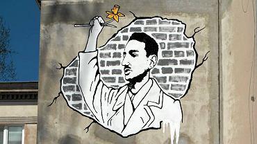 Mural upamiętniający Marka Edelmana na budynku przy ul. Nowolipki 9b