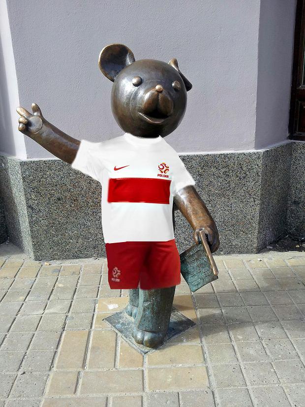 Miś Uszatek w stroju polskiej reprezentacji w piłkę nożną