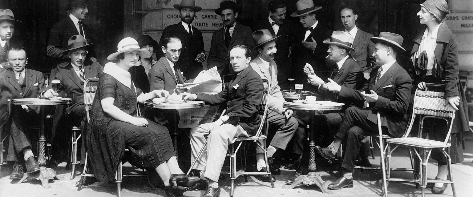 Paryż, 1925 rok, Tytus Czyżewski (od lewej) siedzi w Cafe de la Rotonde (fot. akg-images)