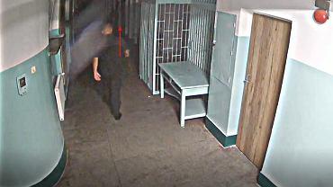 Zapis monitoringu z korytarza przed celą Dawida Kosteckiego