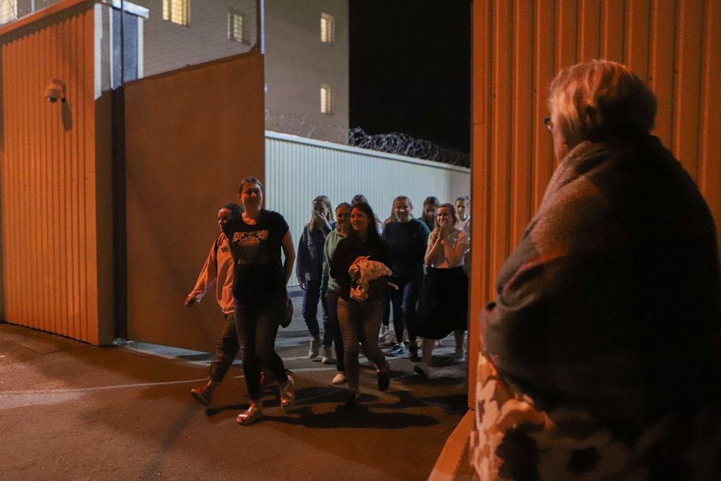 Mińsk, zatrzymani podczas manifestacji wychodzą z aresztu, 14 sierpnia 2020.