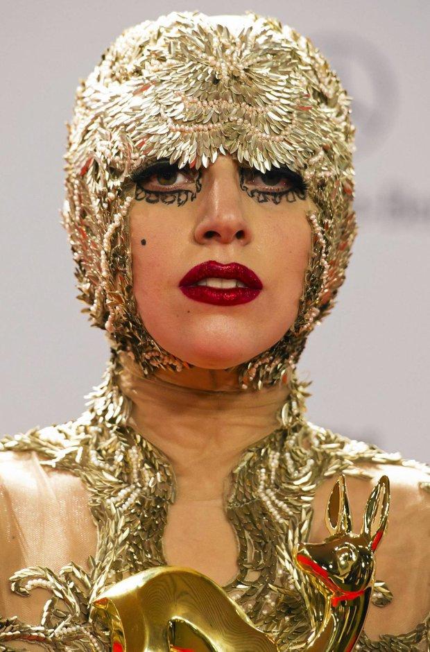 ARCHIV: Die US-amerikanische Saengerin Lady Gaga posiert in den Rhein-Main-Hallen in Wiesbaden bei der Verleihung des Medienpreises Bambi auf dem Roten Teppich (Foto vom 11.11.11). Lady Gaga hat den Angehoerigen der Opfer, die am vergangenen Wochenende beim Brand in einem brasilianischen Club ums Leben kamen, ihr Beileid ausgedrueckt.