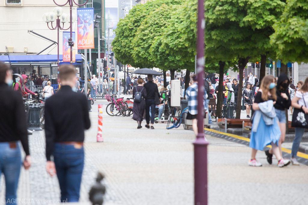 Tłum ludzi spacerujących w maseczkach (zdjęcie ilustracyjne)