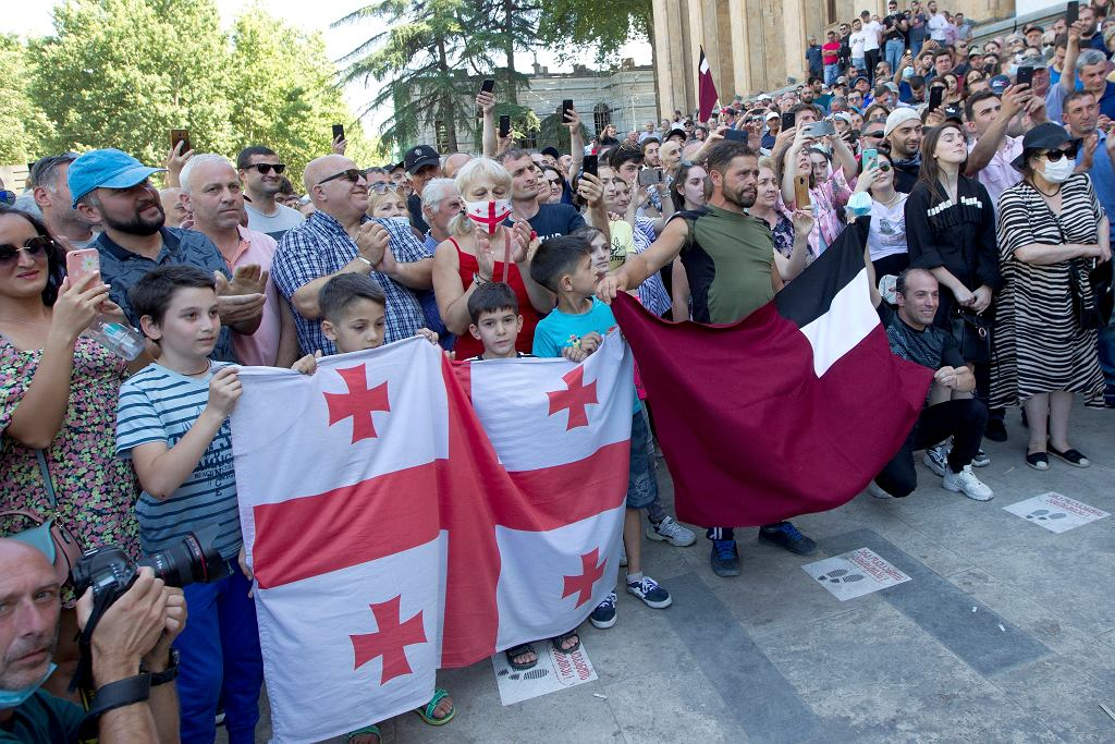 Przeciwnicy marszu LBTG blokują główną aleję stolicy w Tbilisi, 05.07.2021 r.