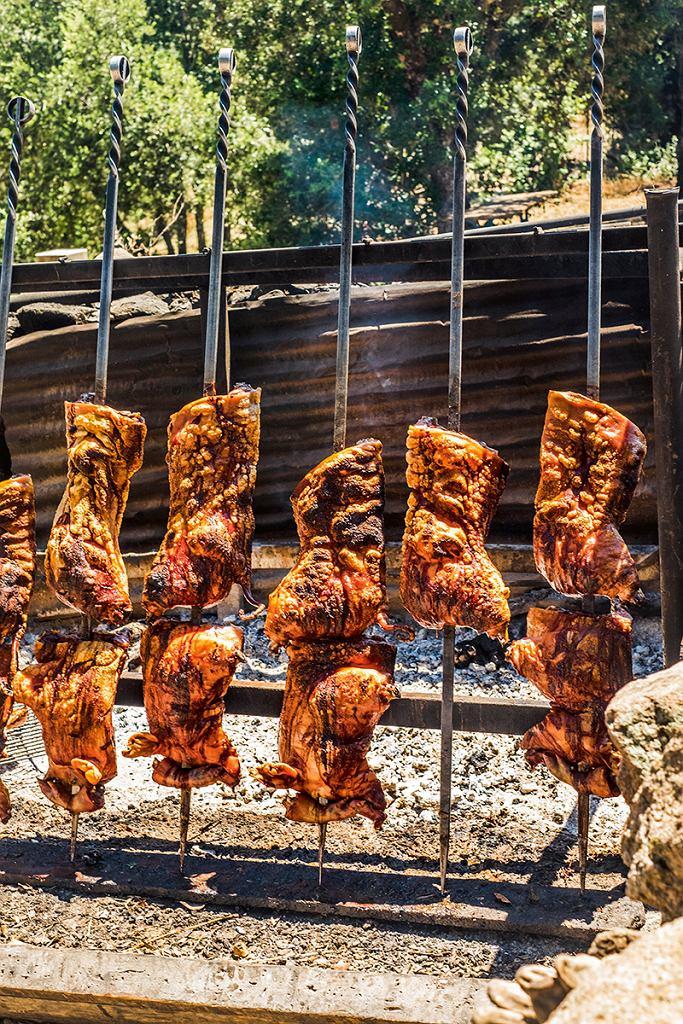 Sardynia, obiad zpasterzami niedaleko Orgosolo - porcheddu  na ruszcie