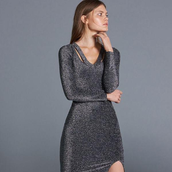 Brokatowa sukienka o dopasowanym kroju