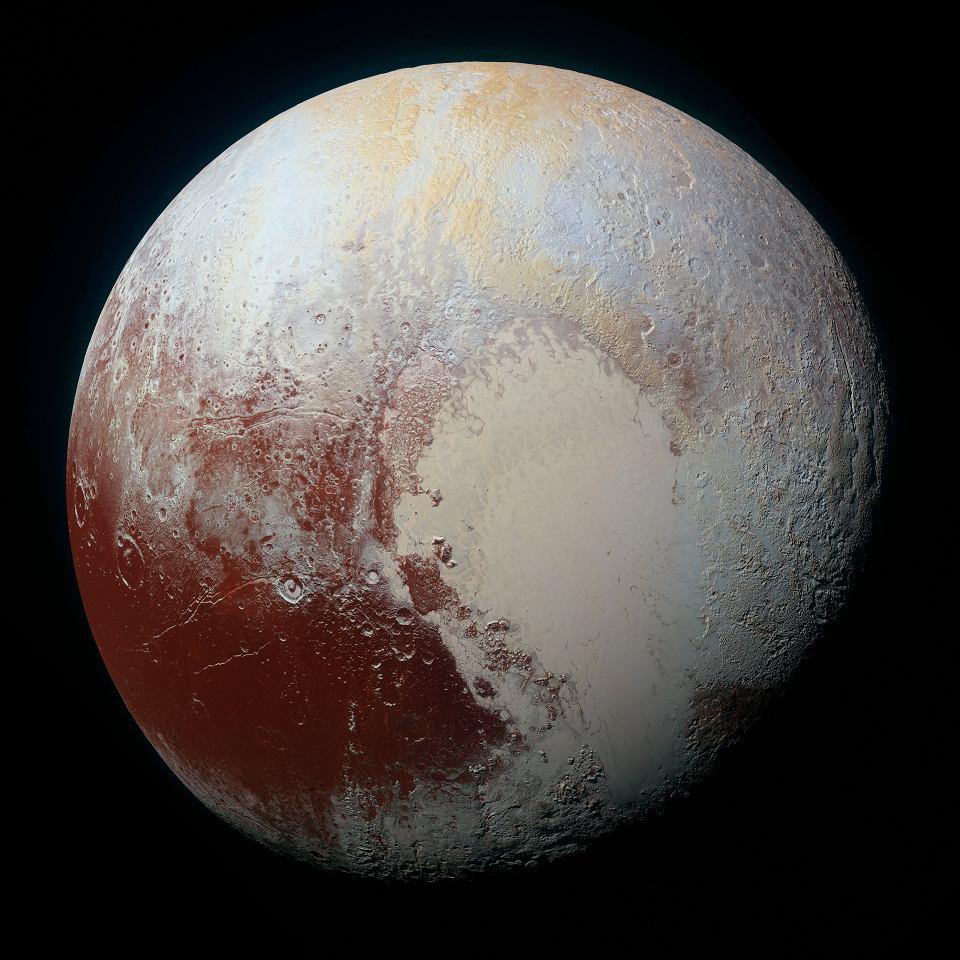Zdjęcie numer 3 w galerii - Pluton nie przestaje zaskakiwać. Widać nad nim błękitne niebo