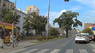 Kadr z nagrania potrącenia pieszej przez tramwaj na Targowej w Warszawie.