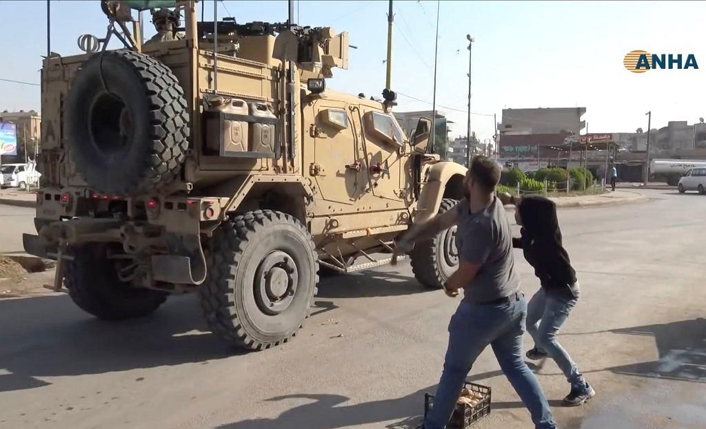 Kurdowie obrzucają amerykańskie pojazdy wojskowe ziemniakami i kamieniami