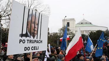 Czy w demokracji wolno wszystko, czy są jakieś granice działań? | Na zdjęciu: demonstracja KOD i opozycji pod Sejmem (20.12.2016)