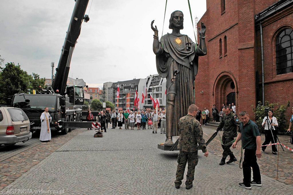 Trzech żołnierzy z 10. Opolskiej Brygady Logistycznej przewiozło pomnik Jezusa z Krakowa do Poznania