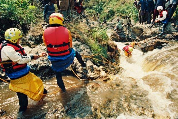 Wyciąganie zaklinowanego kajaka, Rwanda, 1993