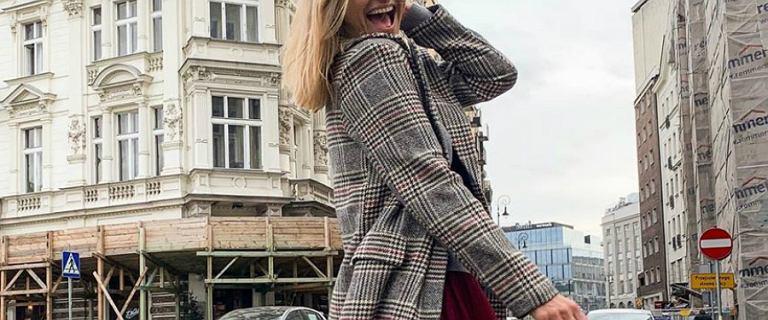 Joanna Koroniewska w stylizacji ze znanego sklepu internetowego. Tiulowa spódnica i płaszcz w kratę to hit!