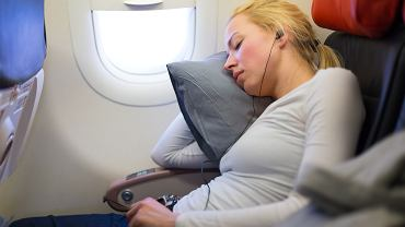 Spanie w samolocie podczas startu i lądowania może mieć negatywne skutki zdrowotne