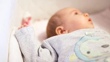 Tendencję do asymetrii ułożeniowej utrwala układanie dziecka do snu tylko na jednej stronie ciała i przystawianie go wyłącznie do jednej piersi w czasie karmienia