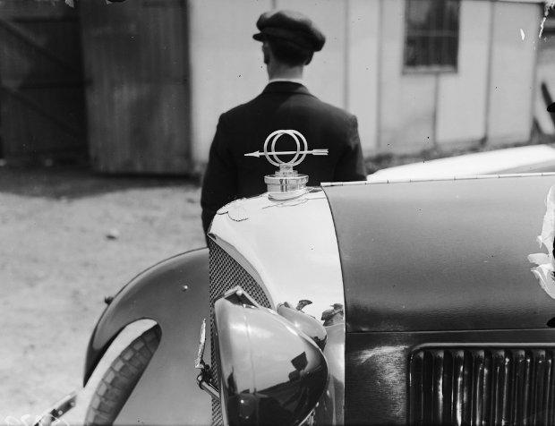 Strzała na masce Bentleya