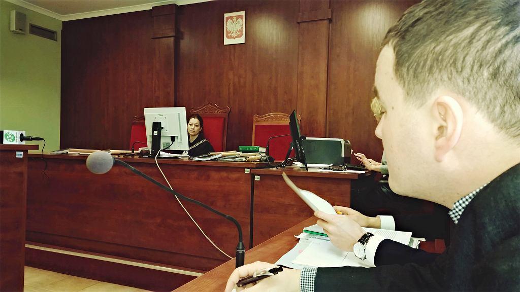 Kibic żużla Andrzej Gonerski domaga się zadośćuczynienia od klubu i firmy ubezpieczeniowej, bo podczas zawodów dostał kamieniem i omal nie stracił oka. W grudniu w sądzie zeznawał toromistrz Jarosław Gała
