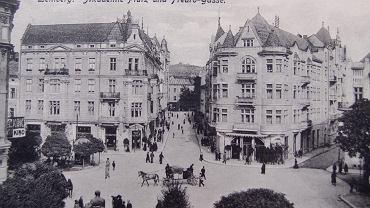 Plac Akademicki w przedwojennym Lwowie. Na parterze budynku (tego z prawej strony) znajdowała się słynna Kawiarnia Szkocka, w której przesiadywali lwowscy matematycy ze Stefanem Banachem na czele