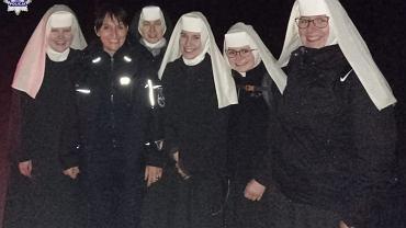 Siostry zakonne w towarzystwie policjantów