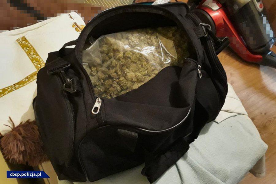 CBŚP zatrzymało 12 osób w związku z narkotykami. Mogą być związane z gangiem 'Bukaciaka'