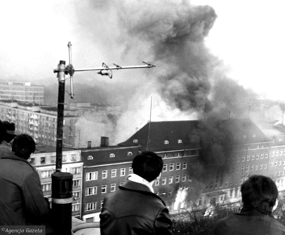 Płonący budynek Komitetu Wojewódzkiego Polskiej Zjednoczonej Partii Robotniczej w Szczecinie w grudniu 1970 r.