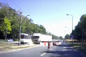 Tir uderzył w jadący tramwaj. Omal go nie przewrócił. Motornicza ranna. FILM z momentem zderzenia