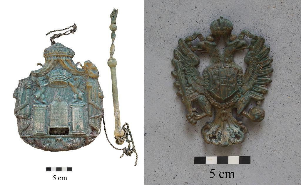 Plakietka na Torę z jadem oraz odznaka wojskowa