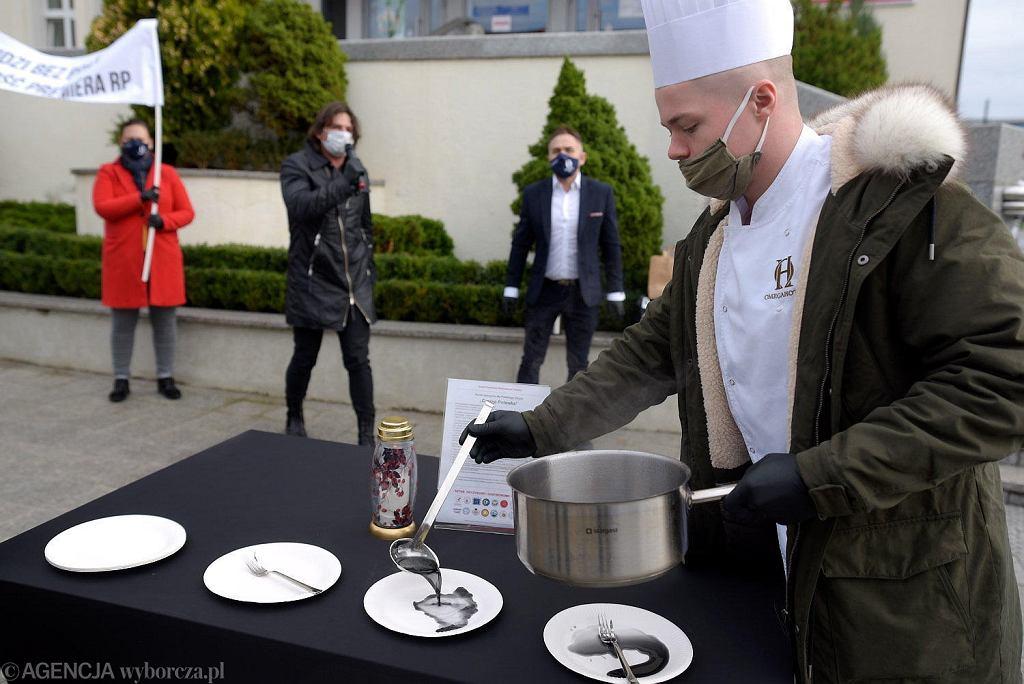 Protest branży gastronomicznej pod Urzędem Wojewódzkim w Olsztynie.