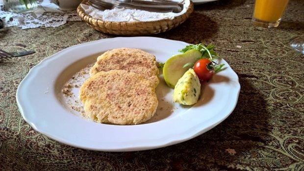 Moskole z masłem czosnkowo-ziołowym w restauracji Ziębówka