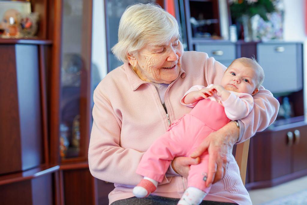 Czy babcia może iść na urlop macierzyński?