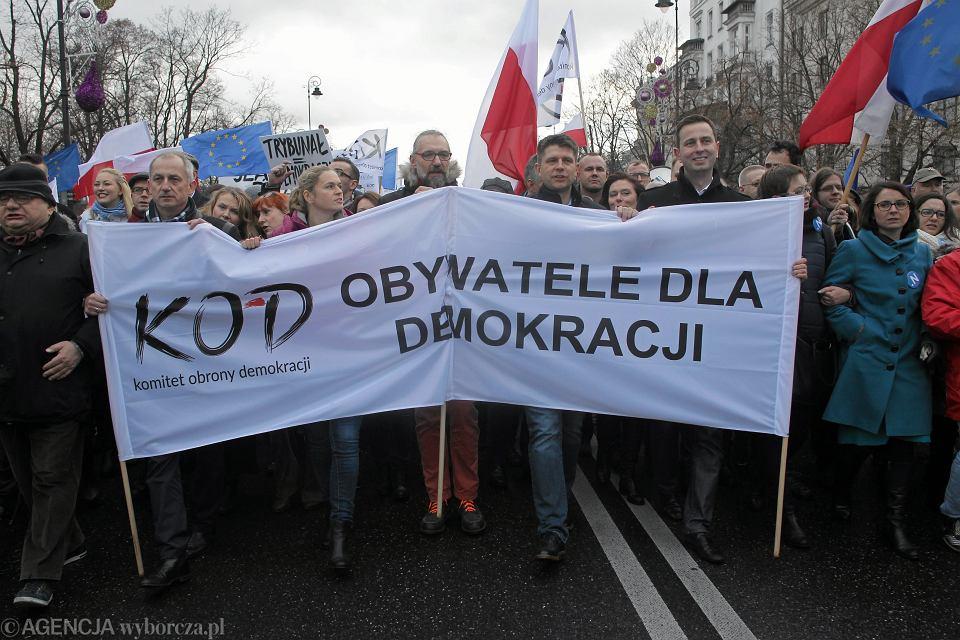 Założyciel Komitetu Obrony Demokracji Mateusz Kijowski i przywódcy opozycji na czele marszu w Warszawie