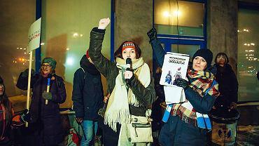 8 lutego. Gdańsk. Dudnią bębny, rodzice krzyczą: 'Stop deformie edukacji!', 'Nasze dzieci - nasza sprawa', 'Zatrzymamy edukoszmar!'.  Protest rodzicow przed Kuratorium Oswiaty w Gdańsku