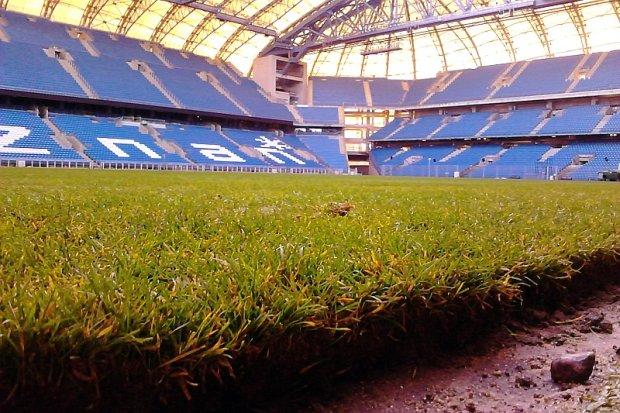 Nowa trawa na stadionie przy Bułgarskiej już leży. Trener Lecha Poznań zadowolony
